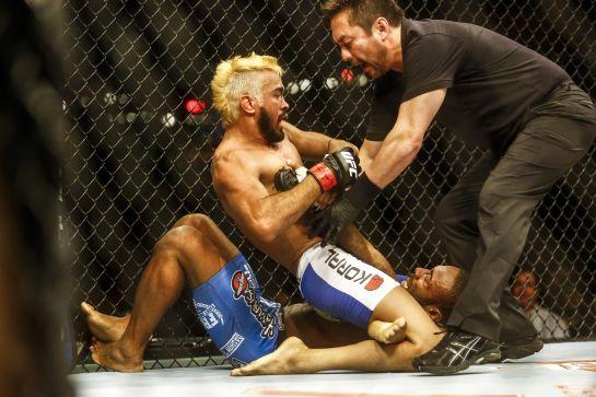 Yamasaki interrompe duelo e decreta finalização de Pepey | Foto: UFC/Divulgação