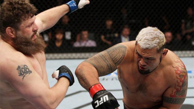 Hunt castigou Nelson na trocação. Foto: UFC/Divulgação