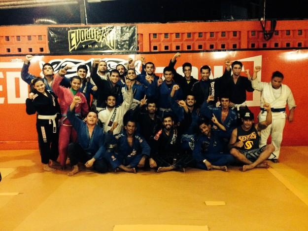 Pepey (no centro) com alunos de jiu-jítsu na Red Zone | Foto: Lucas Mota/O POVO
