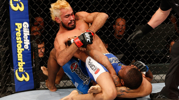 Momento que Pepey encaixa a finalização. Foto: UFC/Divulgação