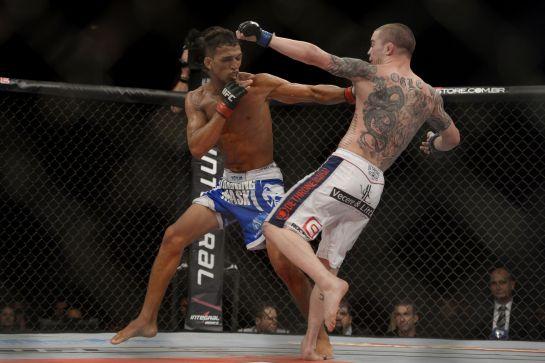 Charles ataca Andy Ogle no UFC Fight Night 36 | Foto: Alexandre Loureiro