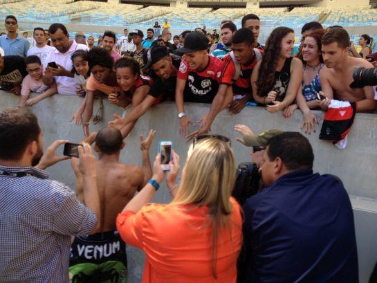 Aldo cumprimenta fãs no Maraca | Foto: Lucas Mota/O POVO
