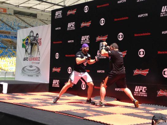 Glover Teixeira faz manopla no treino aberto do UFC 179 | Foto: Lucas Mota/O POVO