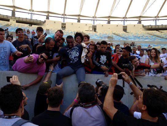 Phil Davis nos braços dos fãs | Foto: Lucas Mota/O POVO