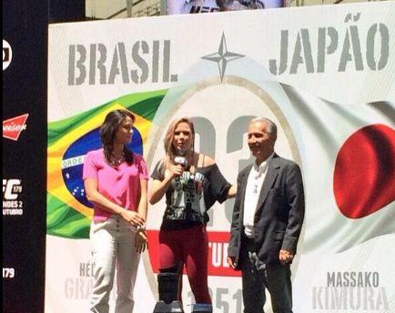 Família Gracie foi homenageada antes de treinos abertos no Maracanã. Da esquerda para direita: Kyra Gracie, apresentadora Paula Sack e Robson Gracie | Foto: reprodução/Twitter