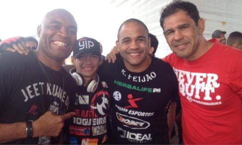 Alan Gomes á direita de Anderson Silva, ladeado ainda por Rafael Feijão e Rogério Minotouro. Foto: Arquivo Pessoal