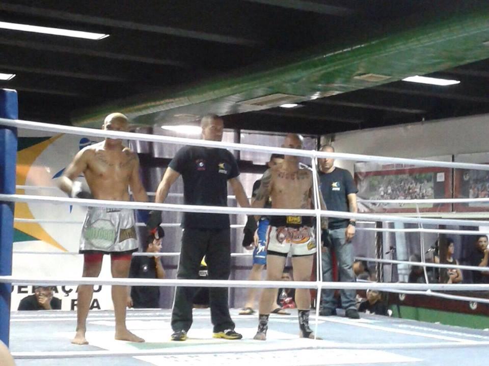 Goiabinha (esquerda) venceu por nocaute no 3° round