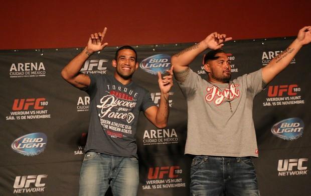 Em momento descontraído, Werdum dança ao lado de Hunt na coletiva. Foto: UFC/Divulgação