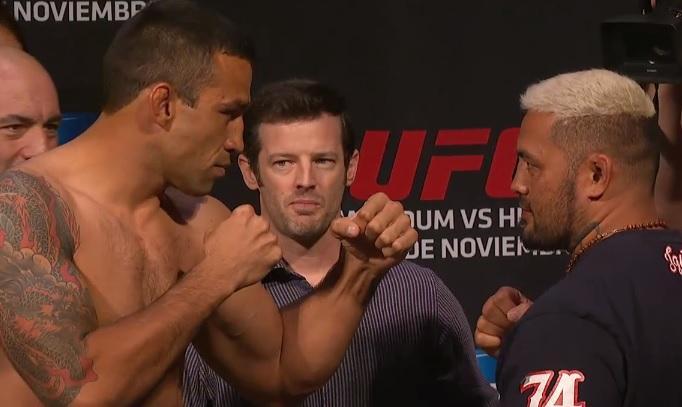 Deixando a brincandeira de lado, os dois fizeram uma encarada séria. Foto: UFC/Divulgação