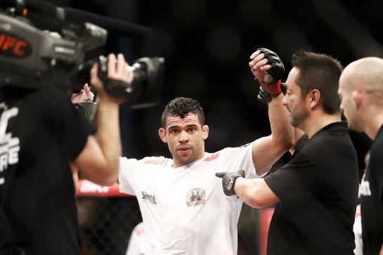 Renan Barão sendo anunciado como vencedor | Foto: Divulgação William lucas Inovafoto - UFC
