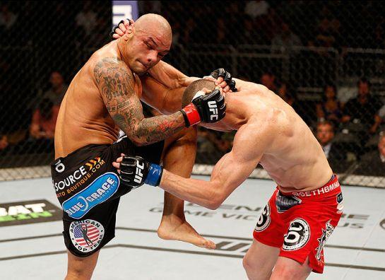 Thiago acerta joelhada em Seth Baczynski na última apresentação pelo Ultimate | Foto: UFC/Divulgação