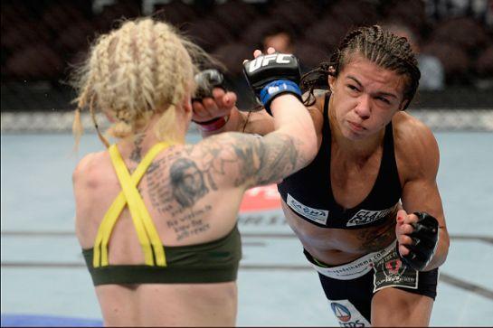 Claudinha fez a luta inaugural da categoria palha feminina contra Tina Lahdemaki | Foto: UFC/Divulgação