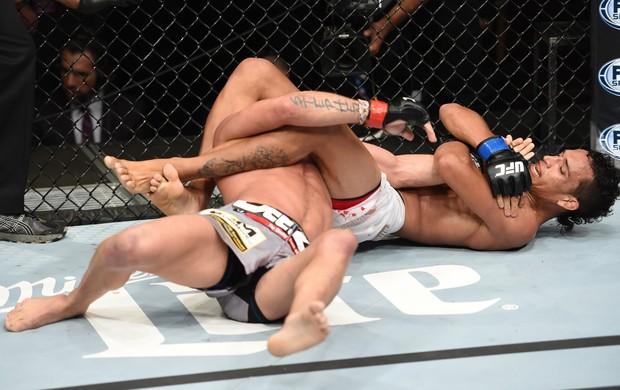 O brasileiro encaixou uma chave de braço e esteve muito perto de vencer por finalização. Foto: UFC/Divulgação