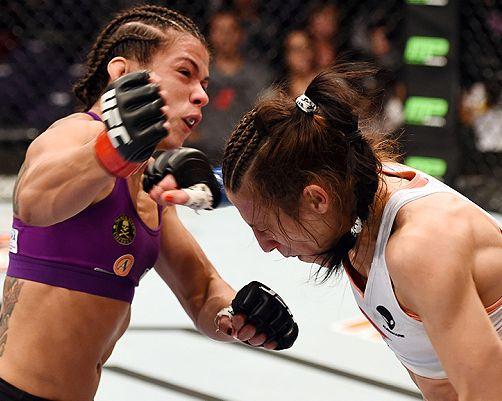 Claudinha e Joanna na trocação   Foto; UFC'Divulgação