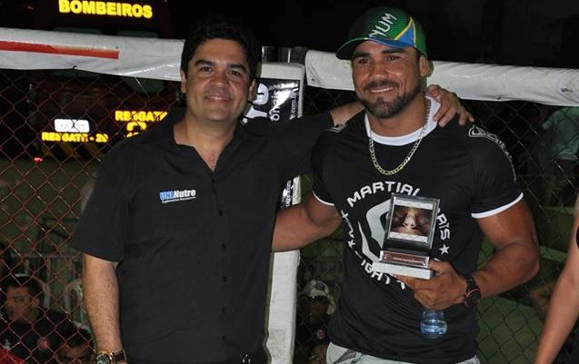 Touro recebe troféu dos organizadores do evento. Foto: Rudson Pinheiro/Sentos