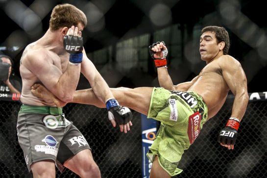 Lyoto acerta golpe na linha de cintura de CB Dollaway | Foto: Divulgação Wander Roberto - Inovafoto - UFC