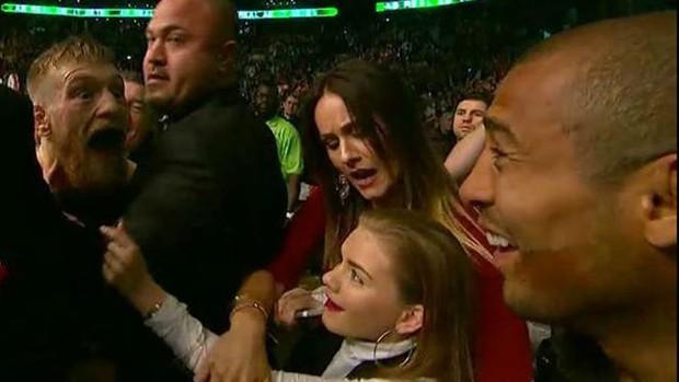 McGregor ficou cara a cara com Aldo após a vitória. Brasileiro apenas sorriu. Foto: Reprodução Twitter