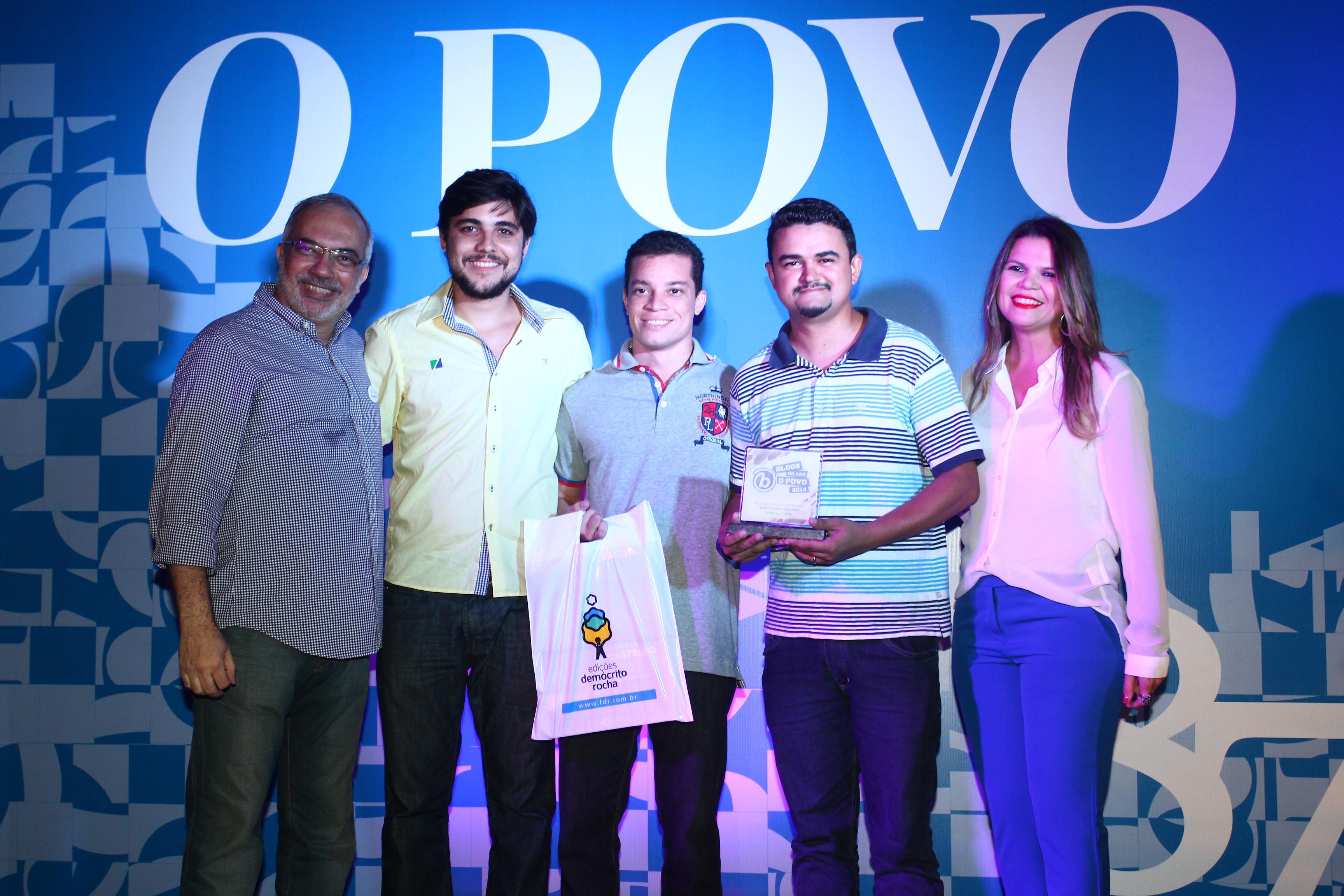 Prêmio foi recebido pelos três blogueiros responsáveis pela página. Foto: Rodrigo Carvalho/O POVO