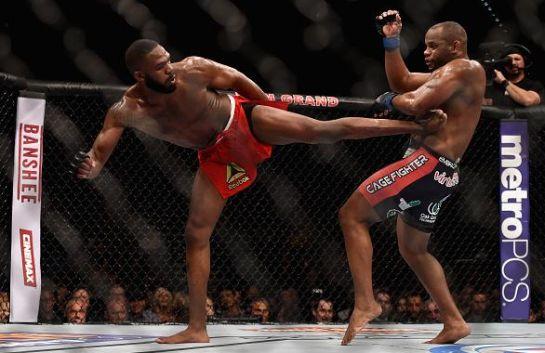 Jones acerta chute em Cormier | Foto: Reprodução/Twitter/UFC