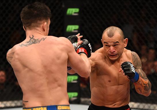 Tibau tenta acertar Parke no UFC em Boston   Foto: UFC/Divulgação