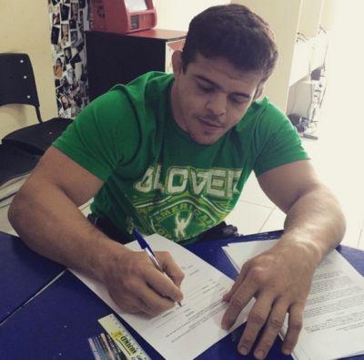 Caio assinando contrato do UFC | Foto: reprodução