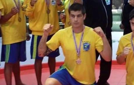 Bruno posa com sua medalha de bronze, na Tailândia. Foto: Arquivo Pessoal