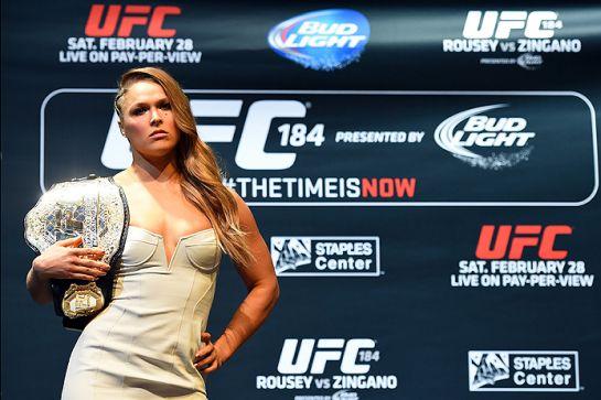 Ronda posa com o cinturão do UFC | Foto: UFC/Divulgação