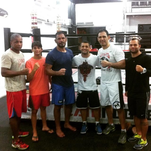 Alan (o penúltimo da esquerda para a direita) ao lado de Minotouro, Minotauro, Andrezinho Nogueira e seus treinadores na Team Nogueira, no Rio de Janeiro. Foto: Arquivo Pessoal.