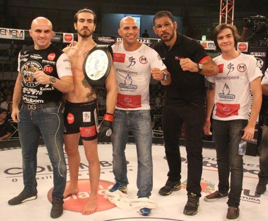 Jonas Bilharinho (com o cinturão), ex-campeão do Jungle Fight, deve encabeçar card | Foto: Leonardo Fabri/Divulgação/Jungle Fight
