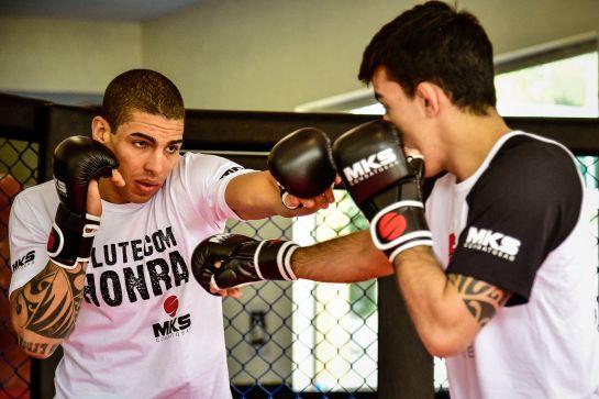Lucas Mineiro treina com Thomas Almeida antes \de retornar ao octógono   Foto: divulgação