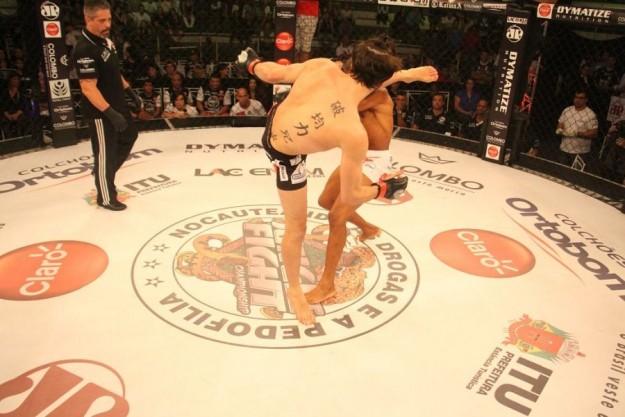 Bilharinho acerta chutaço em Soldado   Foto: Divulgação/Jungle Fight