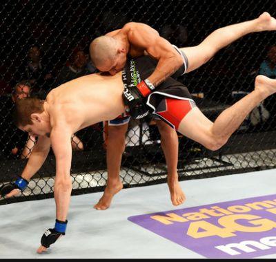 Brandão aplicando a queda em Hettes | Foto: UFC/Divulgação