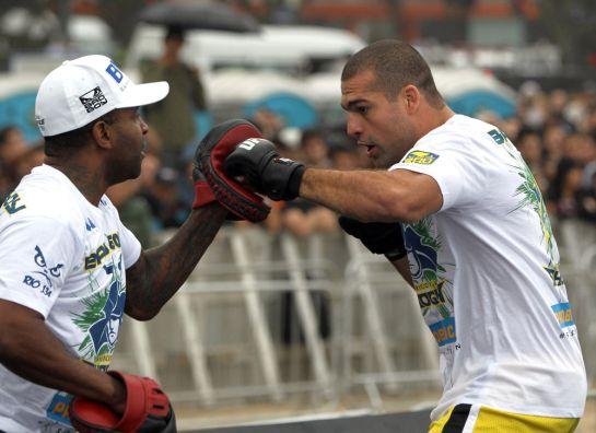 Rafael Cordeiro e Maurício Shogun na última luta que trabalharam juntos, em 2011. Foto: UFC/Divulgação