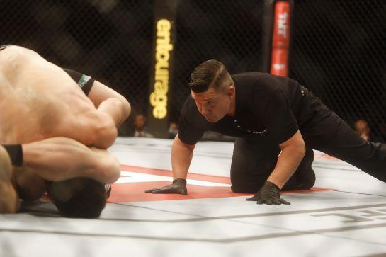 Em cima do lance, juiz fica atento com a possibilidade de terminar o combate | Foto: William Lucas/inovafoto
