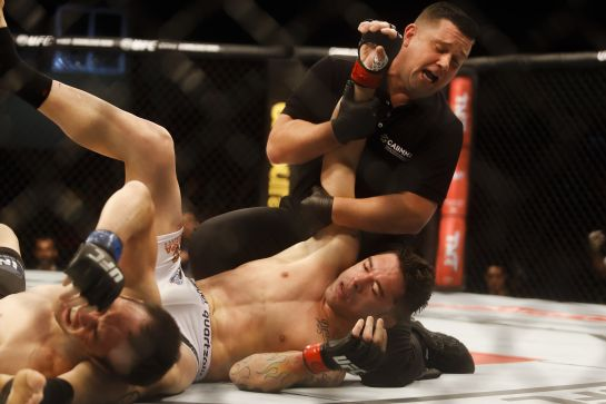 Juiz interrompe o combate, após Jackson dar os três tapinhas | Foto: William Lucas/inovafoto