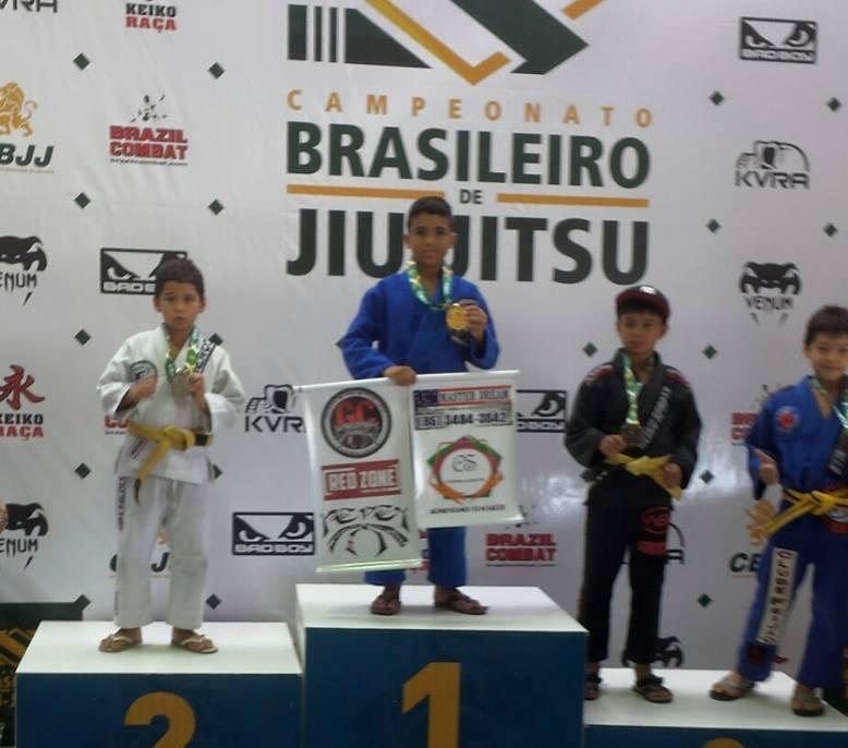 Bruninho no topo do pódio, celebrando o ouro no Campeonato Brasileiro. Foto: Arquivo Pessoal