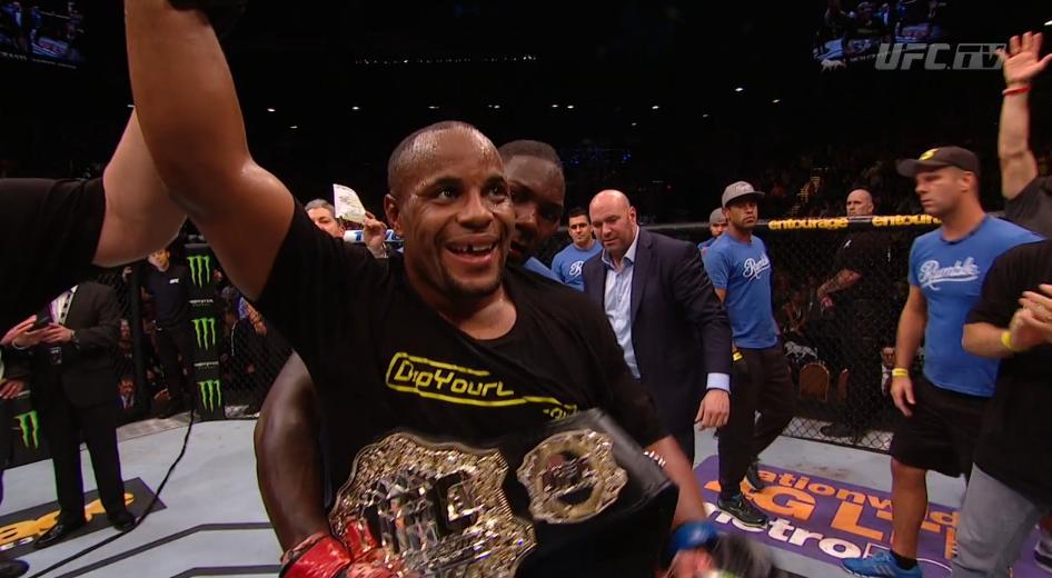 Cormier celebrando o novo título. Foto: UFC/Divulgação