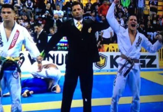 Yan Picapau tem o braço erguido na final. Foto: reprodução