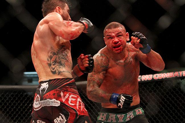 Pitbull foi guerreiro, mas foi castigado pelas cotoveladas de Condit. Foto: UFC/Divulgação