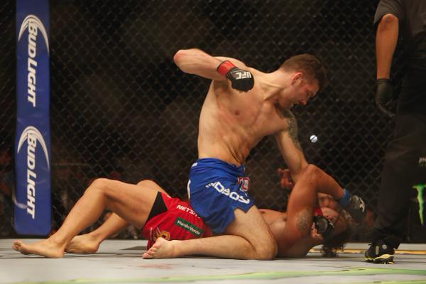 Weidman conseguiu a montada e foi dominante sobre Vitor. Foto: UFC/Divulgação