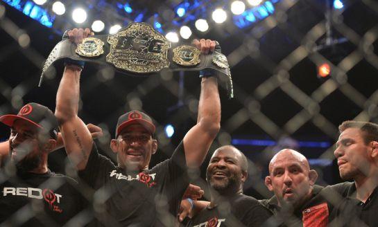 Werdum exibe o cinturão dos pesos pesados   Foto: UFC/Divulgação