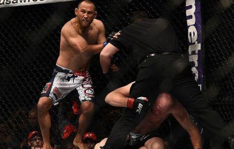 Dan Henderson nocauteou Tim Boetsch | Foto: UFC/Divulgação