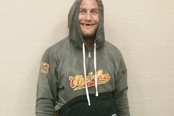 'Dendo' sem a dentadura durante o corte de peso para o UFC Nova Orleans | Foto: reprodução