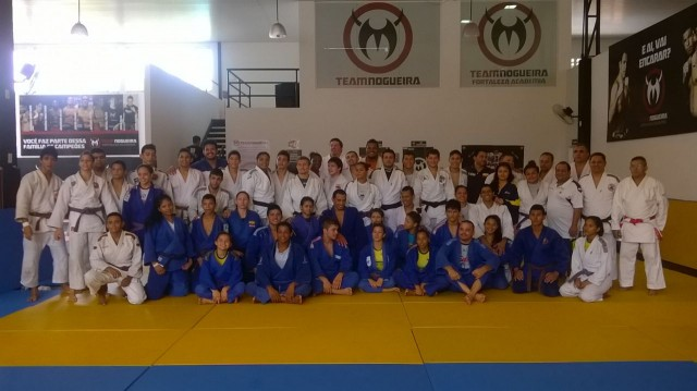 Cearenses e equatorianos em treinamento na academia Team Nogueira. Foto: FECJU/Divulgação