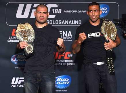 Campeão interino e linear lado a lado. Foto: UFC/Divulgação
