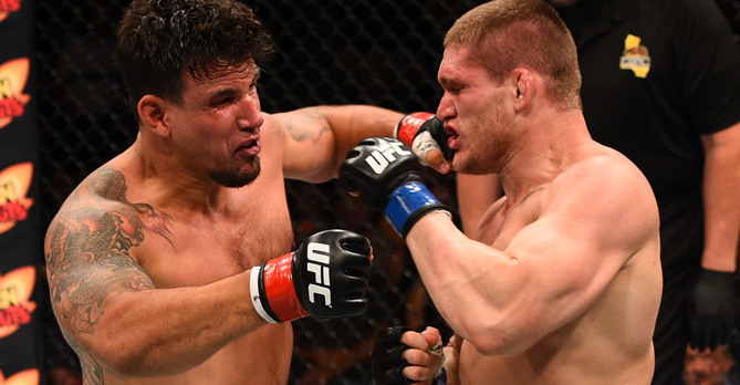 Momento que Mir conecta o golpe. Foto: UFC/Divulgação