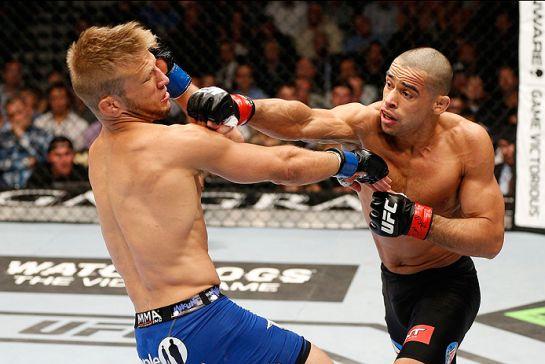 Barão atacando Dillashaw na primeira luta, em maio de 2014 | Foto: UFC/Divulgação