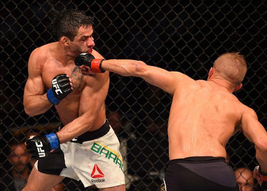Dillashaw acerta cruzado em Barão | Foto: UFC/Divulgação