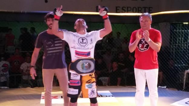 Andrezinho manteve o cinturão do BKF 5 | Foto: Bruno Balacó