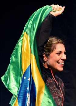 Bethe ergue bandeira do Brasil   Foto: UFC/Divulgação